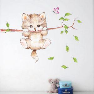 מדבקת חתול על עץ